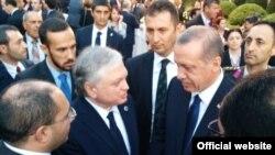 Глава МИД Армении Эдвард Налбандян (слева) приветствует новоизбранного президента Турции Реджепа Эрдогана (справа), Анкара, 28 августа 2014 г.