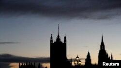 Здание британского парламента во время заката солнца