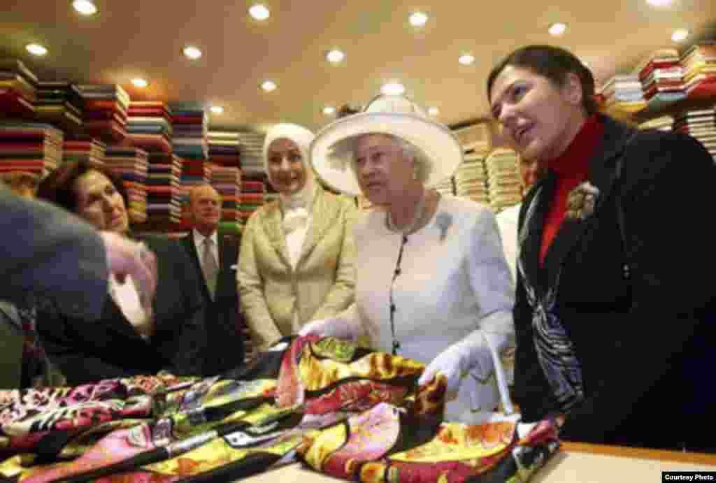 Төркия президенты Абдуллаһ Гүл чакыруы буенча Төркиягә 4 көнлек сәфәр белән Британ патшабикәсе Элизабет 2 килде.