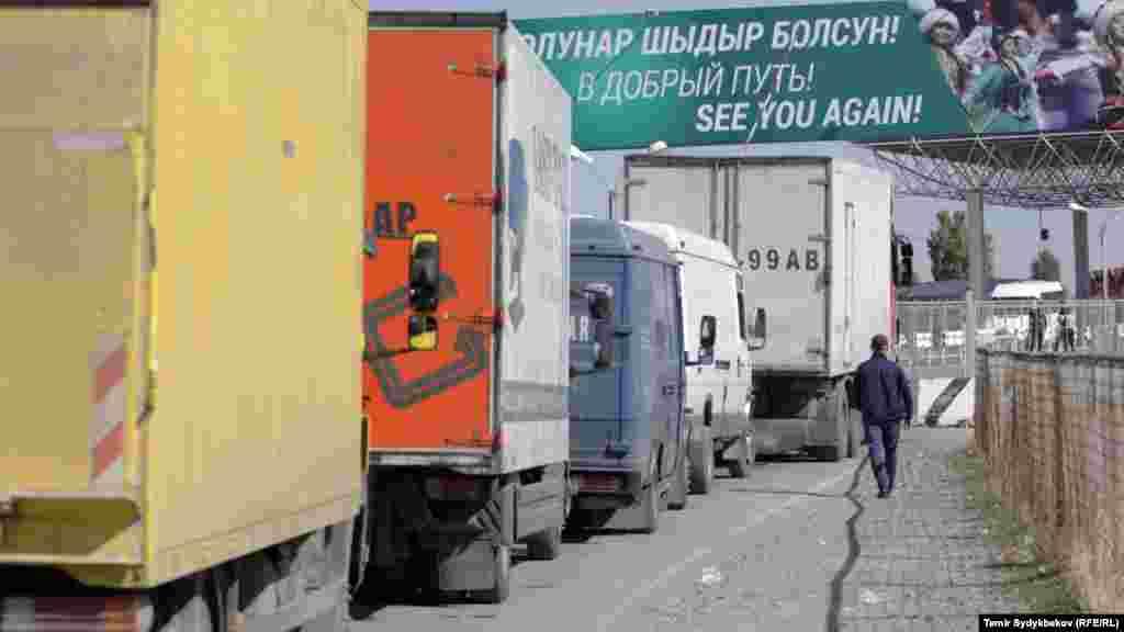 """Очереди перед пунктом пропуска """"Ак Жол"""" с кыргызстанской стороны. 12 октября 2017 года."""