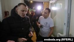 Зьміцер Дашкевіч (зьлева) ў барбэршопе «Чэкіст», 6 студзеня