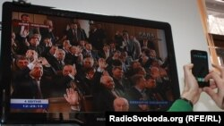 Депутати з більшості голосують на засіданні парламенту, яке проводять на Банковій