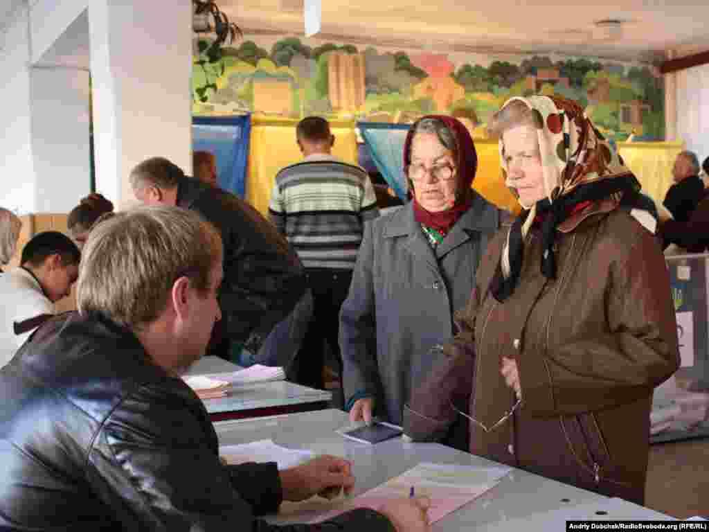 Не всі виборчі дільниці Харкова відкрилися вчасно. Про це повідомив голова обласної виборчої комісії Олександр Русанов. За його словами, затримка сталася через те, що комісії не встигли зробити в бюлетенях позначку «вибув» напроти прізвищ кандидатів від партії «Реформи і порядок», яка 29 жовтня відмовилася від участі у виборах до Харківської обласної ради.Вінниця, 31 жовтня
