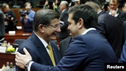 Туркиялъул премьер-министр Давудогълу (квегIса) ва Грециялъул премьер-министр Ципрас. Брюссель, 2016 соналъул 18-билеб март.