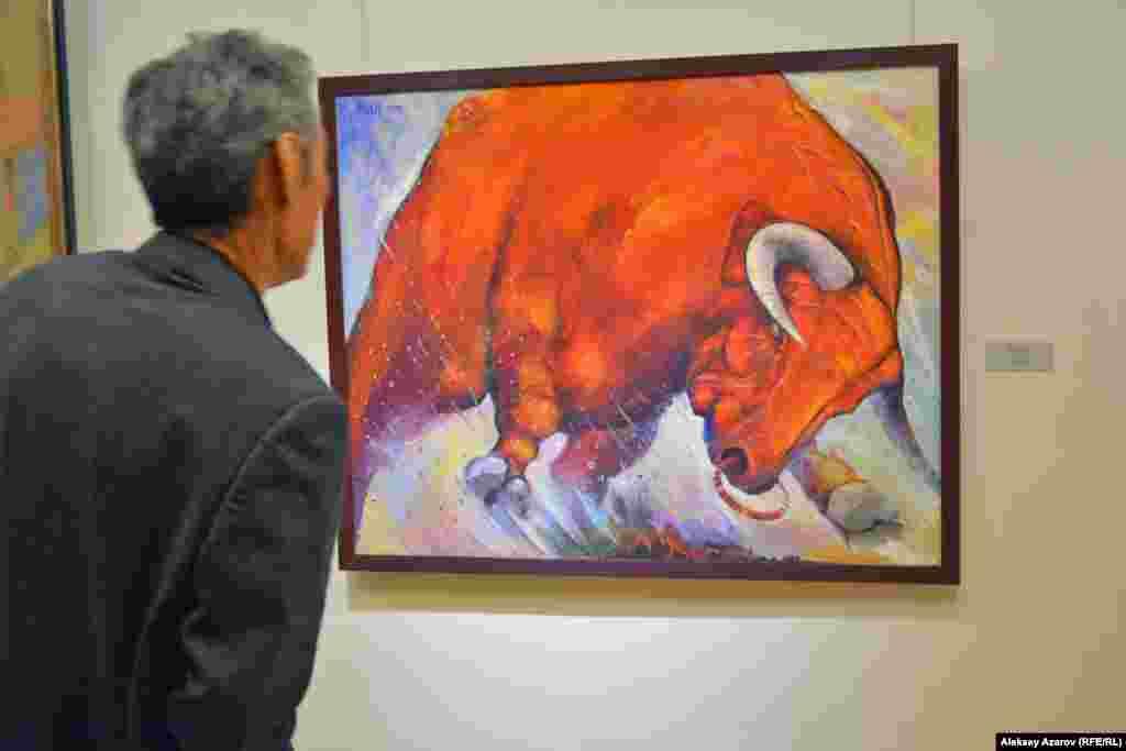 История Октябрьского переворота 1917 года на выставке отражена только в одной работе. И отражена метафорически – в виде неистового красного быка. Автор картины «Революция» – алматинский художник Малик Жумагулов.