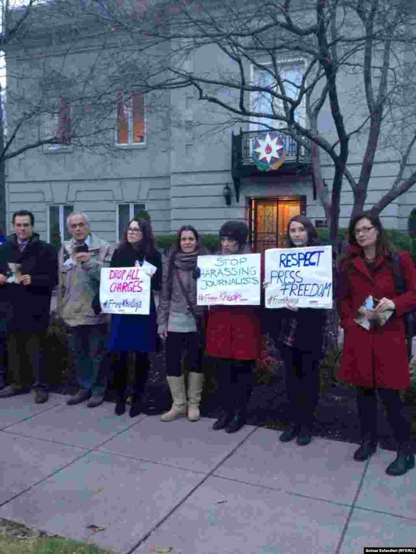 Митинг в посольства Азербайджана в Вашингтоне в знак протеста против ареста Хадиджи Исмайловой