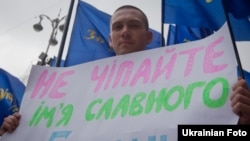 Учасник акції протесту біля будівлі Київради проти переіменування вулиці Мазепи, 8 липня 2010 року