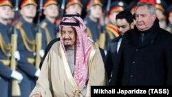 Король Саудовской Аравии Сальман бен Абдель Азиз Аль Сауд на церемонии встречи в аэропорту Внуково