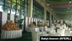 Обеденные столы, накрытые для участников саммита ШОС.