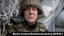 Un soldat ucrainean echipat pentru lupta, 12 octombrie în regiunea Donbas unde separatiștii sprijiniți de Rusia dețin controlul asupra a două provincii. (Marian Kushnir/RadioSvoboda.Org, RFE/RL)