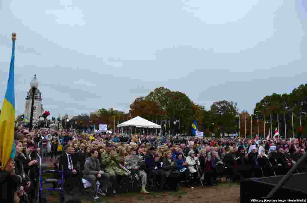 Тисячі людей уважно слухають промову першої леді України Марини Порошенко