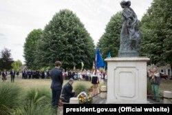 Президент України Петро Порошенко біля пам'ятника Анні Київській, королеви Франції. Санліс, 26 червня 2017 року