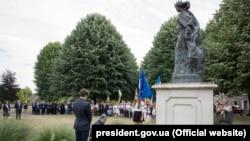 Президент України Петро Порошенко біля пам'ятника королеві Франції Анни Київської, 26 червня 2017 року