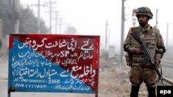 Пәкістандық әскери адам, Лахор, 22 желтоқсан 2014 жыл. (Көрнекі сурет)