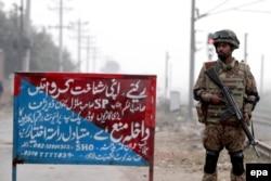 Охрана одной из тюрем в городе Лахор, где содержатся приговоренные к смерти