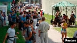 Украинские беженцы у здания ФМС России в Белгороде