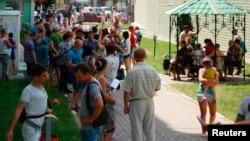 Ресейдің федералдық миграция қызметі маңында жүрген адамдар. Белгород, 9 маусым 2014 жыл.