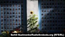 Квіти, сльози і скорбота: у Києві вшанували пам'ять загиблих захисників України – фоторепортаж