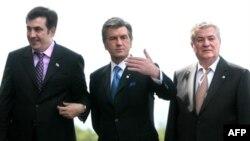 Gürjistanyň prezidenti Mihail Saakaşwili (çepde), Ukrainanyň prezidenti Wiktor Ýuşenko (ortada), Moldowanyň prezidenti Wladimir Woronin (sagda), 2008-nji ýylyň 6-njy iýunynda Orsyýetiň Sankt Peterburg şäherinde geçirilen GDA-nyň sammitinde