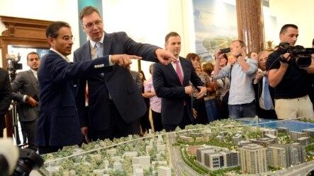 Aleksandar Vučić (L) i investitor iz Ujedinjenih Arapskih Emirata Mohammed el Abar iznad makete Beograda na vodi