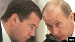Дмитрий Медведев (слева) и Владимир Путин