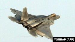 Оңтүстік Кореяның әскери базасына жақын ұшып бара жатқан америкалық F-22 әскери ұшағы. 4 желтоқсан 2017 жыл.