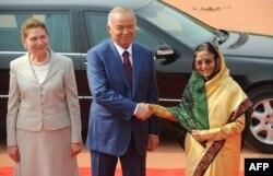 Өзбекстан президенті Ислам Каримов (ортада) пен оның әйелі Татьяна (сол жақта) Үндістан президенті Пратибха Патилмен кездесіп тұр. Үндістан, Нью-Дели, 18 мамыр 2011 жыл.