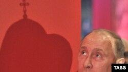 """Владимир Путин во время посещения выставки """"Православная Русь. Романовы"""". Фото ИТАР-ТАСС"""