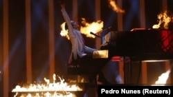 Співак Melovin, який представляє Україну на «Євробаченні-2018», під час виступу в другому півфіналі пісенного конкурсу. Лісабон. 10 травня 2018 року