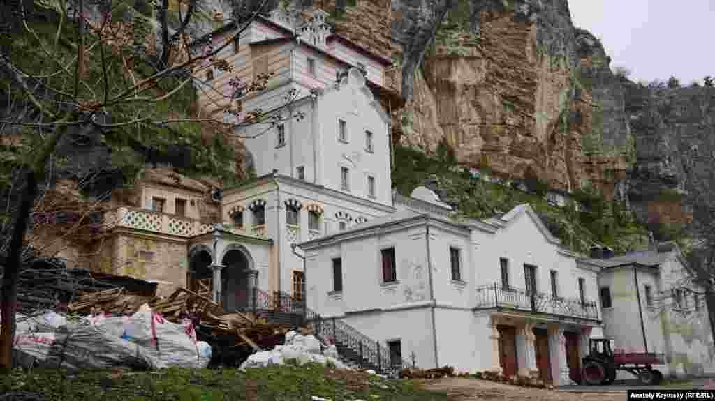 Жилые помещения упираются в отвесную скалу ущелья