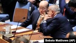 نماینده مصر در حال رایزنی با سفیر چین در حاشیه یکی از نشستهای شورای امنیت