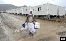 ИМ қоршауынан шығарылған езидтер босқындар лагеріне орналасып, оларға гуманитарлық көмек берілді. Ирак, 10 желтоқсан 2014 жыл. (Көрнекі сурет)