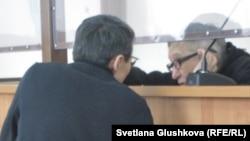 Бақытжан Қашқымбаев адвокаты Нұрлан Бейсекеевпен сөйлесіп отыр. Астана, 13 ақпан 2014 жыл.