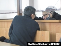 Сотталушы Бақытжан Қашқымбаев адвокаты Нұрлан Бейсекеевпен сөйлесіп отыр. Астана, 13 ақпан 2014 жыл.