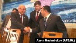 Каптагаев Акибаевге кызматын өткөрүп берүүдө. 29-январь, 2016-жыл.