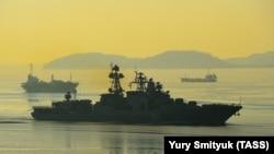 Rusiye-Qıtay arbiy talimlerinde iştirak etecek «Admiral Tributs» adlı Rusiye gemisi, yanvar 2016