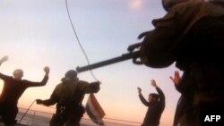Кадр з арышту эколягаў на борце судна «Арктык Санрайз» 19 верасьня.