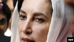 بينظير بوتو در سال ۱۹۹۹ و پيش از روی کار آمدن ژنرال مشرف، پاکستان را به اختيار خود ترک کرد و از آن زمان تا کنون در تبعيد سياسی خود خوانده بوده است