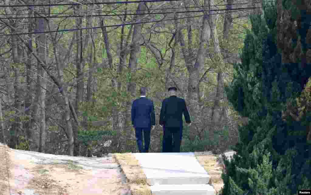 Корейские лидеры прогуливаются по Пханмунджому, вблизи демаркационной линии. Ранее Сеул впервые за два года выключил громкоговорители с пропагандой на границе с КНДР. Минобороны Южной Кореи заявило, что решение было принято с целью «снижения военной напряженности между Югом и Севером», а также создание соответствующей «атмосферы для мирных переговоров». А Пхеньян заявил о решении прекратить ядерные испытания и запуски межконтинентальных ракет