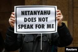 """""""Нетаньяху не говорит от моего имени"""" – акция противников визита израильского премьера в США у посольства Израиля в Вашингтоне, 3 марта"""