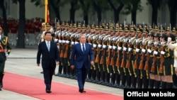 Президент Китая Си Цзиньпин (слева) и президент Казахстана Нурсултан Назарбаев на ковровой дорожке в Пекине. 31 августа 2015 года.