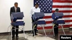 Слева – президент США Барак Обама досрочно голосует на выборах президента США. Чикаго, 25 октября 2012 года.