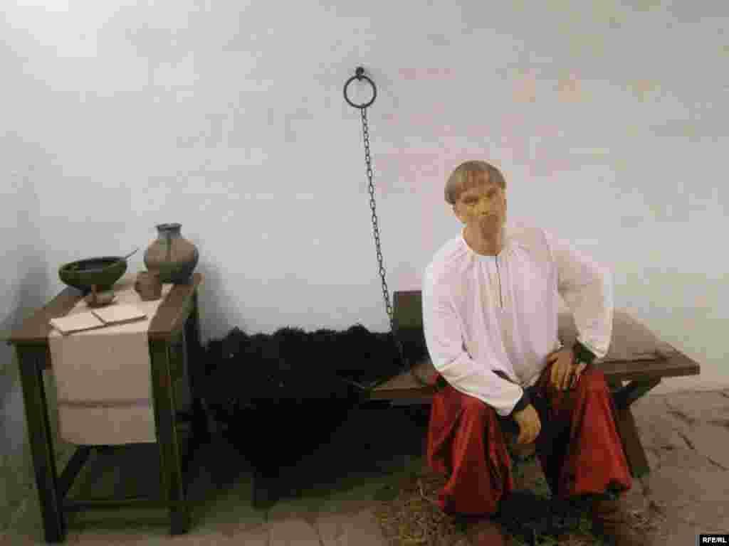 Музей воскових фігур у Батурині - Підземілля будинку генерального судді і генерального писаря Василя Кочубея слогувало і залом суду, катівнею і в'язницею