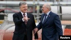 Петро Порошенко (л) і Олександр Лукашенко під час вшанування загиблих внаслідок катастрофи на ЧАЕС, 26 квітня 2017 року