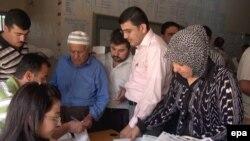 مراجعون وموظفون في دائرة ببغداد