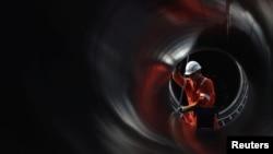Muncitor care lucrează la instalarea unei conducte a proiectului Nord Stream 2, care intenționează să excludă Ucraina de pe traseul gazelor rusești către Europa
