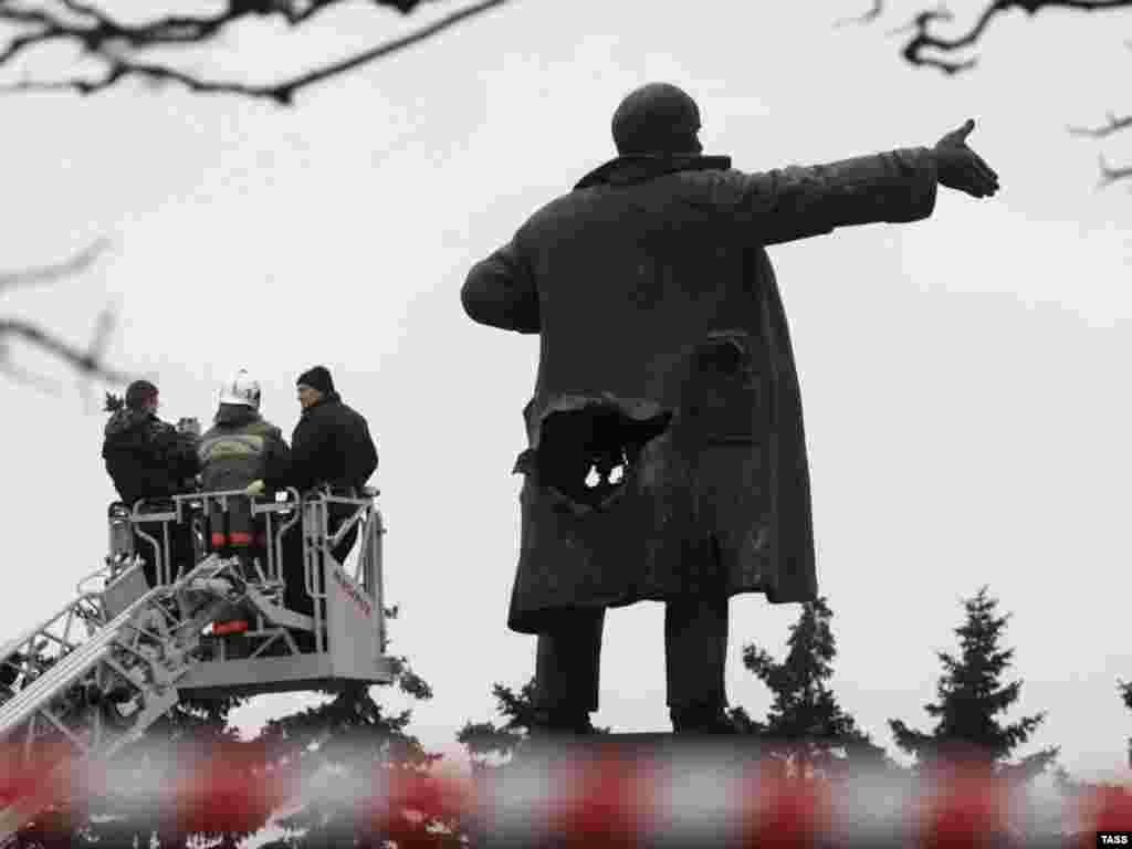 В Санкт-Петербурге у Финляндского вокзала в результате взрыва поврежден памятник Ленину