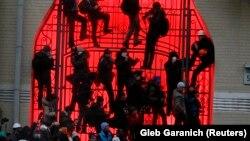 Журналіст Радіо Свобода Андрій Дубчак (крайній праворуч) веде відеозйомку під час сутичок на Банковій. Київ. 1 грудня 2013 року