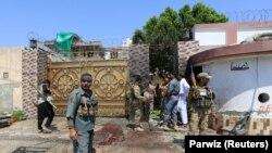 افغان پولیس سربازان د ظاهر قدیر پر کور د برید ځای ته ورغلي. ۳۰م اګست