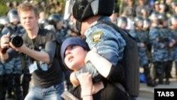 Російський ОМОН затримує Олександру Духаніну під час «Маршу мільйонів» в Москві у травні 2012 року